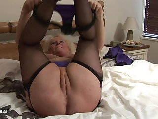 Big granny squirting on the brush bed