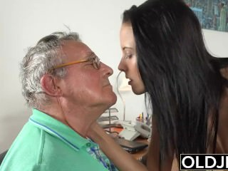Caught grandfather Having hop With youthfull dark-haired at job interview porn bong