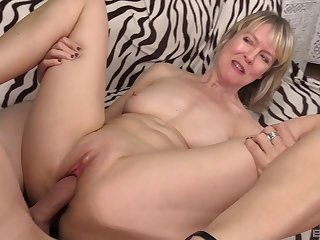 Mature amateur blonde MILF Jamie Foster blows weasel words